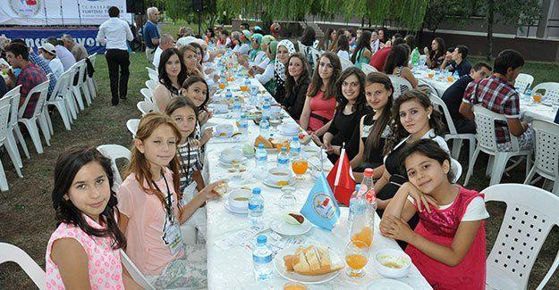 Balkanlı gençler, gala yemeğinde