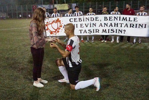 İhsaniyesporlu Fatih'ten sürpriz evlenme teklifi
