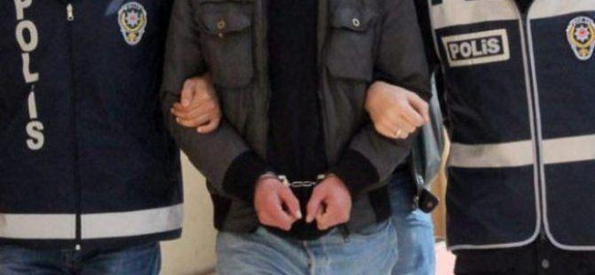 Taksiciyi oyaladı, sahte kimlik çıkınca tutuklandı