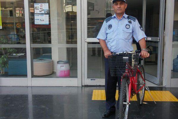 İzmit Zabıtası bisikletini kaybeden vatandaşı bekliyor