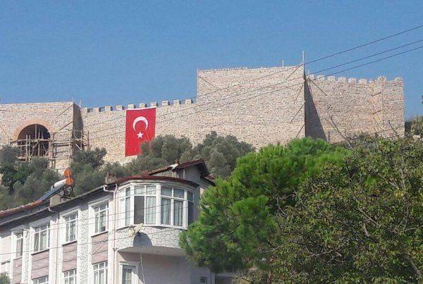 Hereke Kalesi'ne dev Türk bayrağı asıldı