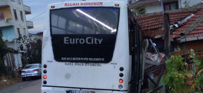 Freni boşalan özel halk otobüsü eve çarptı