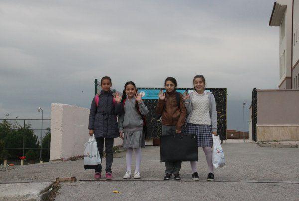 Okula gidip gelmek için10 kilometre yürüyorlar