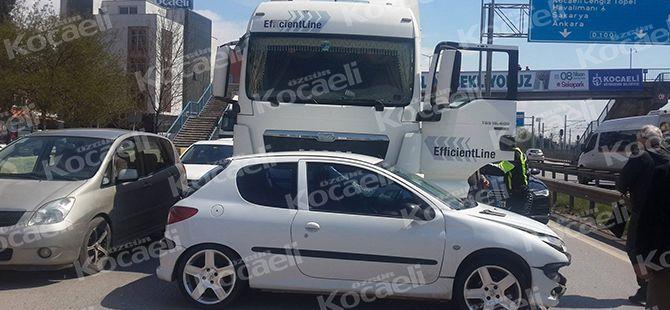 D-100'de hafriyat kamyonu çarptı sürücü şoka girdi