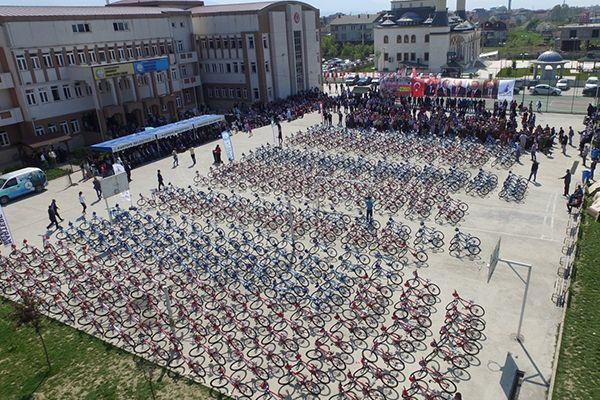 Kartepe'de 2 bin 350 öğrenciye bisiklet dağıtıldı