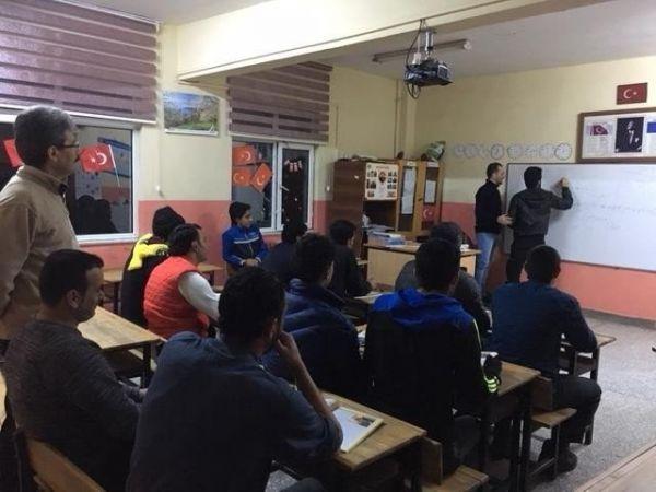 Suriyeliler, Kartepe'de Türkçe öğreniyor