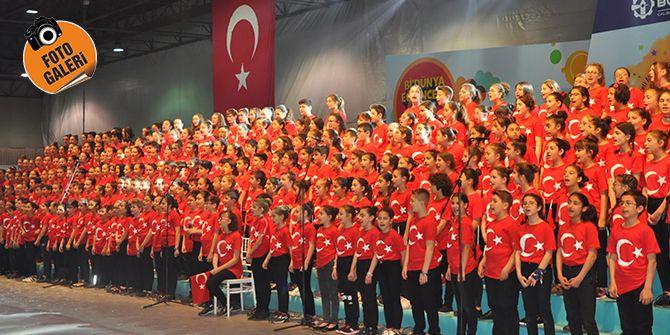 300 çocuktan oluşan koro salonu inletti