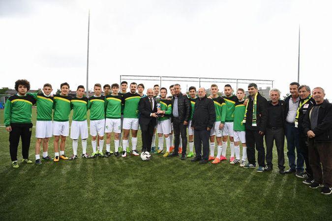 Sarımeşespor'a kupayı Başkan Üzülmez verdi