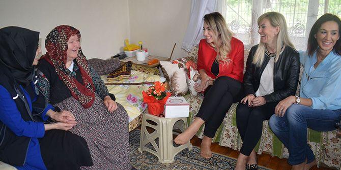 Kocaeli anneleri yalnız yaşayan anneleri ziyaret etti