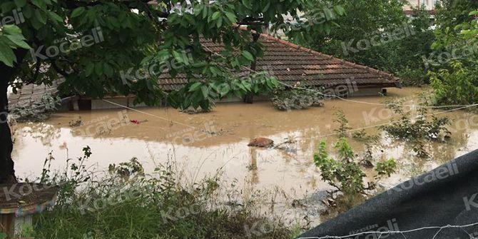 Ev sulara gömüldü