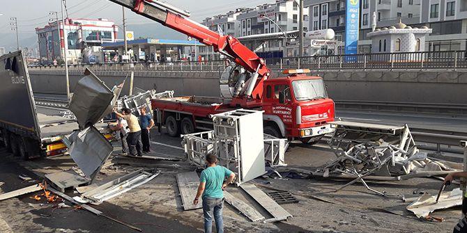 Bariyerlere çarpan TIR devrildi, yol ulaşıma kapandı