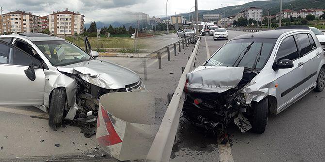 İki otomobil çarpıştı: Yaralılar var