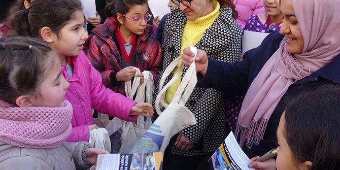 Öğrenciler bez torba dağıttı