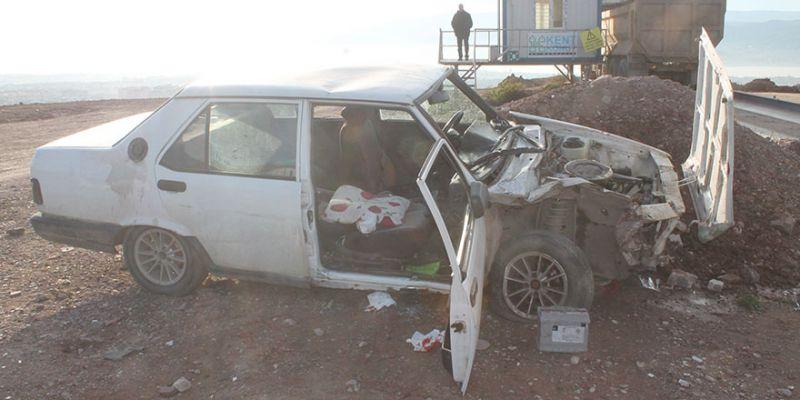 Ehliyetsiz sürücü taş bariyerlere çarptı: 3 yaralı