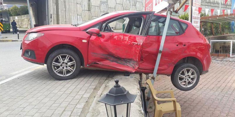 Kaza yapan otomobil askıda kaldı