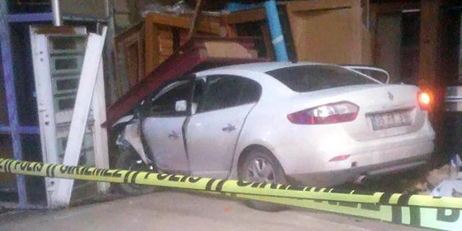 Otomobil çelik kapı dükkanına daldı