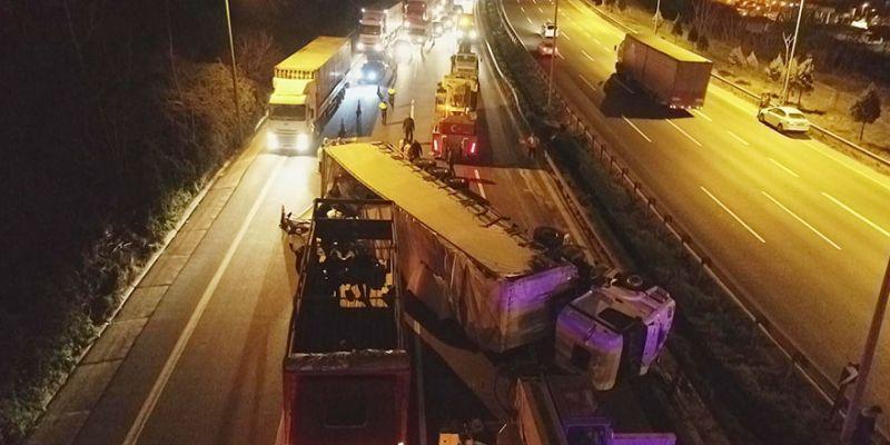 TIR devrildi, TEM'de trafik felç oldu
