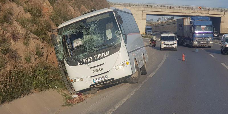 KOÜ personelini taşıyan araç yan yattı