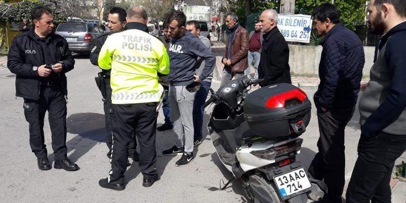 Motosikletli kurye otomobile çarptı