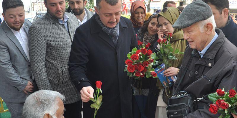 AK Partililer vatandaşlara 'gül' dağıttı