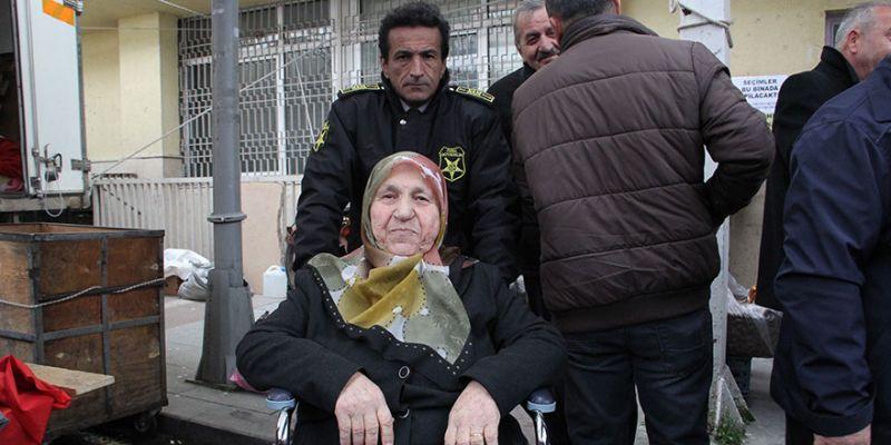 Tekerlekli sandalyeyle oy kullanmaya geldi