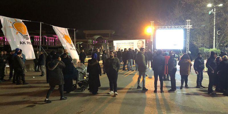 AK Parti'nin önünde dev ekran