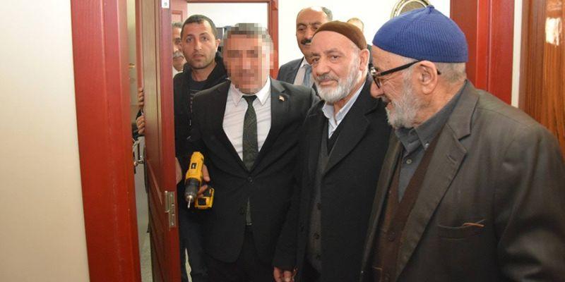 Kocaeli'de bir ilk! Belediye başkanı kapısını söktü