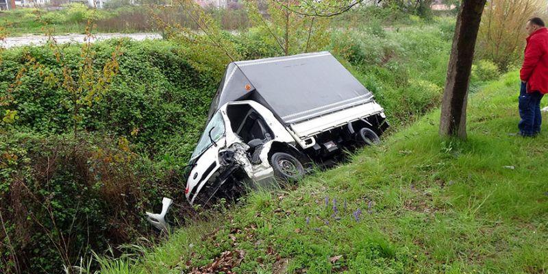 Minibüse çarpan kamyonet, su kanalına devrildi