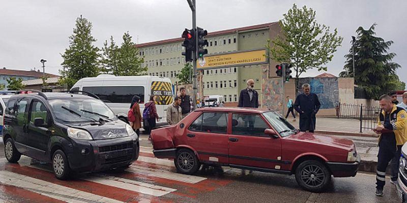 Okula giden 2 öğrenciye araba çarptı
