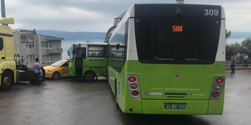 Belediye otobüsü, halk otobüsüne çarptı