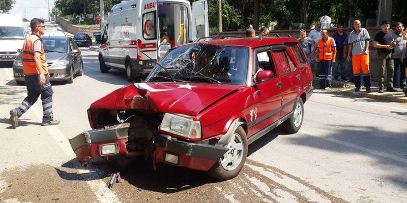 Önce bisikletliye sonra ağaca çarptı: 3 yaralı