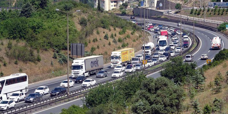 Kocaeli'de dönüş yoğunluğu trafiği kilitledi