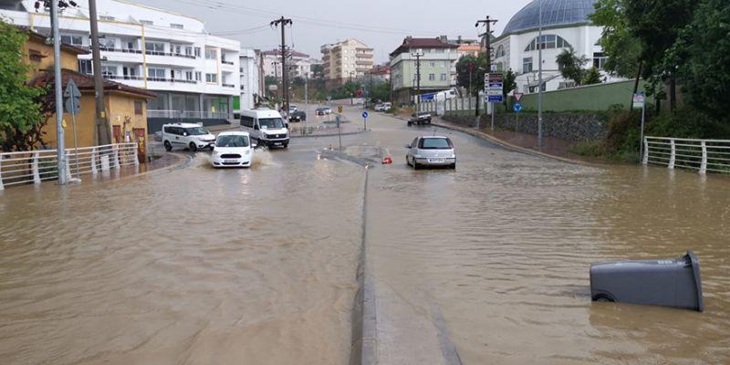 Şiddetli yağış tekne batırdı, su baskınlarında mahsur kaldılar