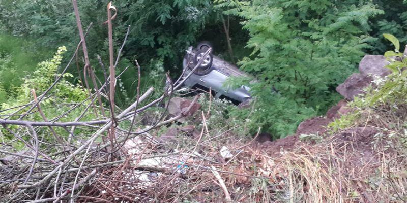 Kontrolden çıkan otomobil uçuruma yuvarlandı