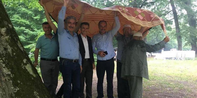 Yağmur duasında yağmur bastırdı