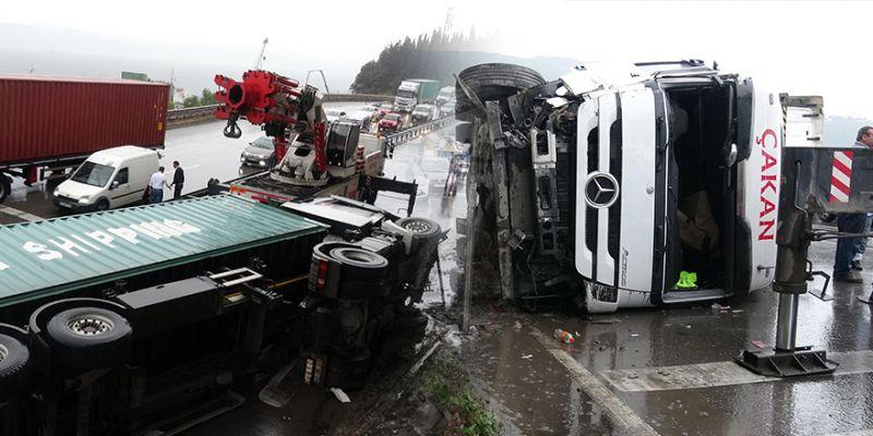 Kontrolden çıkan TIR devrildi, trafik felç oldu
