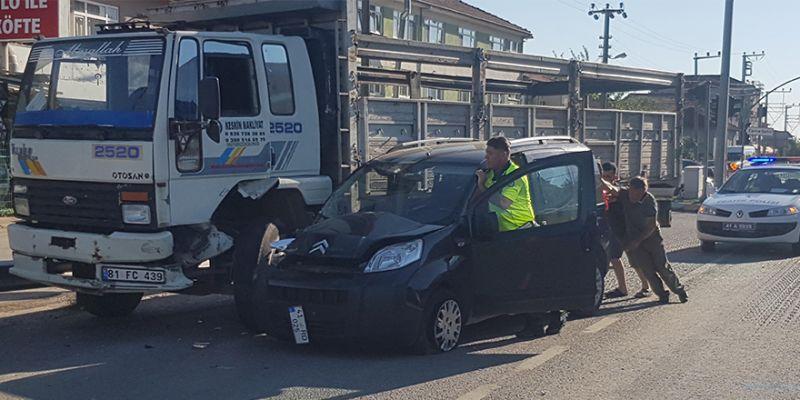 Ticari araç kamyonla çarpıştı! Sürücü ve eşi yaralandı