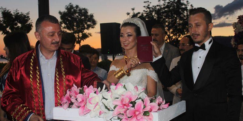 Ünlü'nün kızı evlendi, protokol akın etti