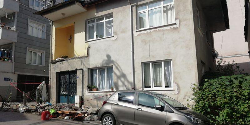 Balkon çöktü, zemine düştü