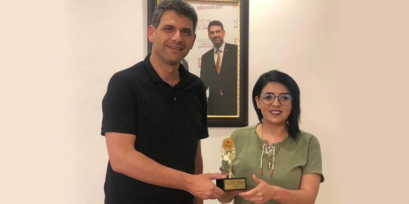 Gülay Kurt, ödülünü Kocaman'a hediye etti