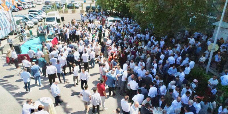 İzmit'te caddeler boş, AK Parti'nin önü doluydu