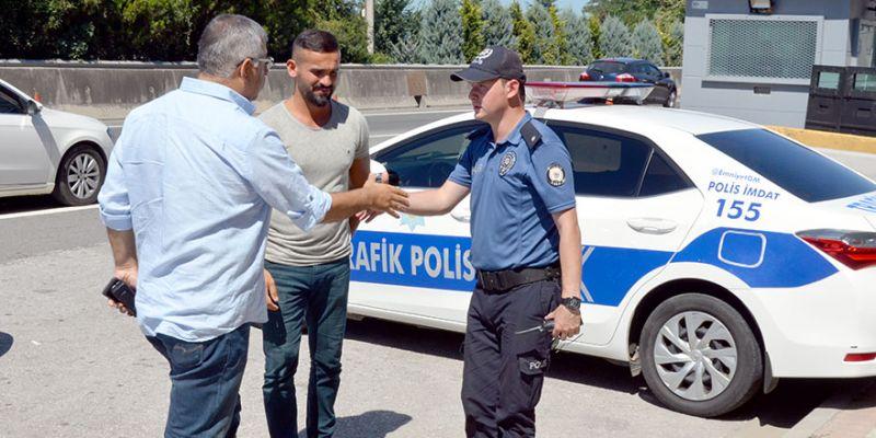 Polis uygulama noktasında bayramlaşma