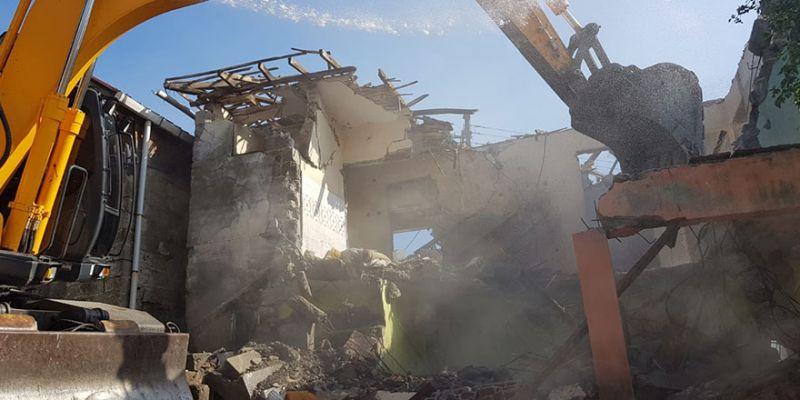 İzmit'teki ağır hasarlı binalar yıkılıyor