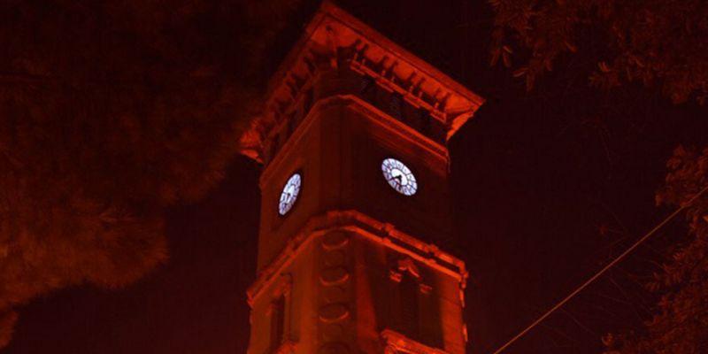 Saat Kulesi kırmızıya büründü