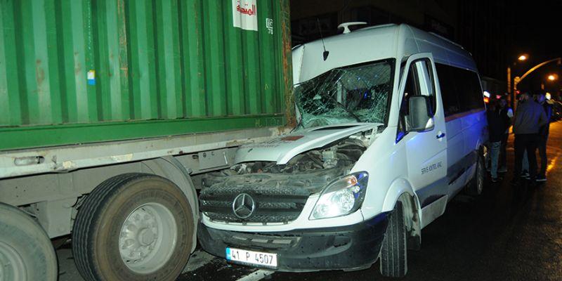 Servis minibüsü park halindeki tıra çarptı: Yaralılar var