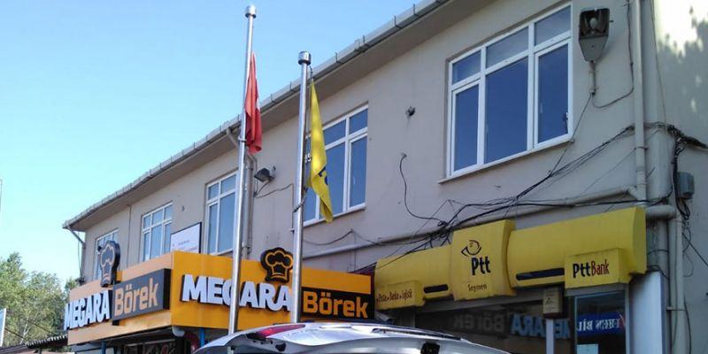 PTT önündeki bayrağımız eskimiş