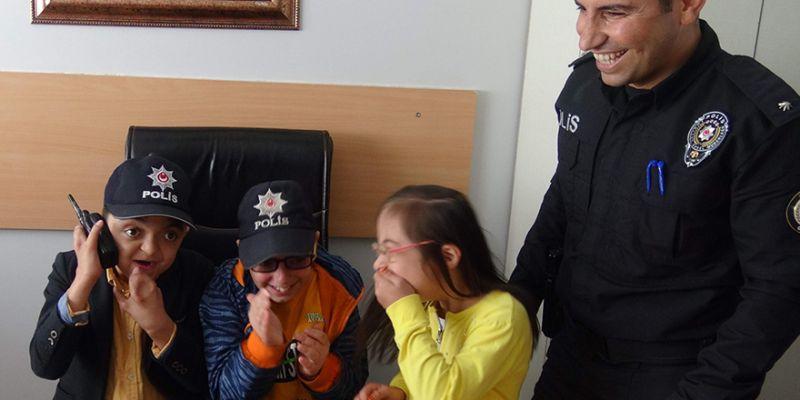 Polis telsiziyle konuşan çocukların heyecanı