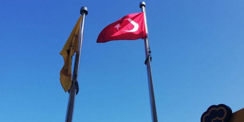 PTT önündeki bayrak yenilendi
