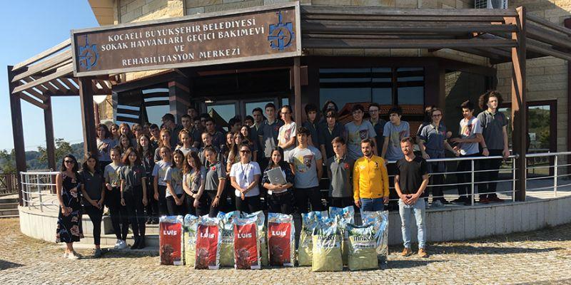Bahçeşehir öğrencileri sokak hayvanlarının yanında