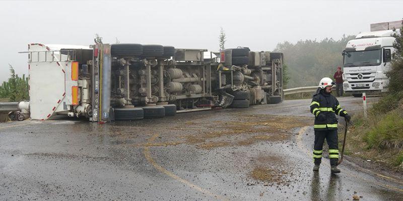 Yem yüklü tanker virajda devrildi, yol ulaşıma kapandı